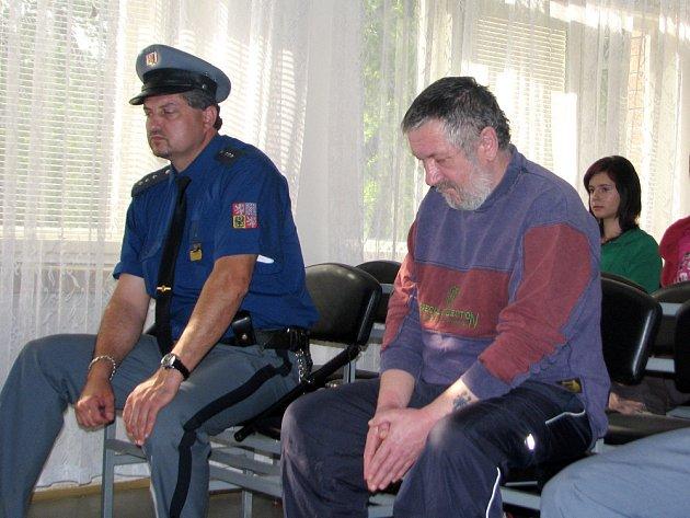 Okresní soud ve Vsetíně poslal v pondělí 11. května na tři roky za mříže osmačtyřicetiletého Ladislava Blažka za sérii pětadvaceti vloupání do rekreačních chat v okrese Vsetín a Kroměříž