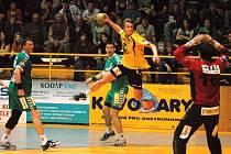 Zuberský házenkář Jakub Hrstka (s míčem) v prvním čtvrtfinále proti Plzni.