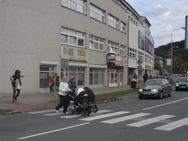 U budovy, kde sídlí Mateřská škola Kostka chybí značka Pozor, děti! Přechod využívají také žáci středních škol.