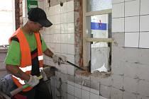 Dělníci demolují staré a nevyužívané budovy neurologie a patologie ve vsetínské nemocnici. V budoucnu je nahradí nové pavilony