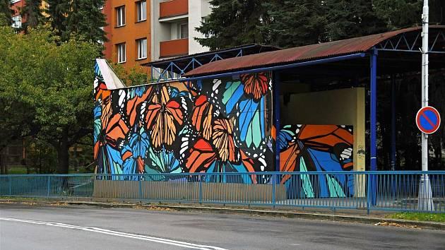 Nepoužívaný podchod zdobí motýli, dílo studentů meziříčské sklářské školy