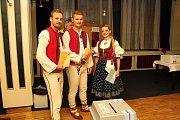 Na sněmovní volby se ve Vsetíně vyšňořili členové Folklorního souboru Jasénka. Svůj hlas vhodili do hlasovací schránky ve valašském kroji Roman Diblík, Vít Ludva a Eva Lambertová.