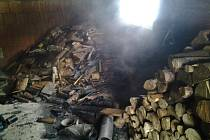 Halenkov – Shoření přístřešku a možnému následnému požáru rodinného domu zabránili ve středu před polednem hasiči v Halenkově na Vsetínsku.
