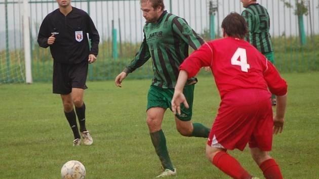 Fotbalisté Loučky (zelené dresy) v tomto utkání porazili Růžďku 3:2.