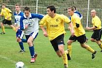 V derby v krajském přeboru vyhrály Kateřinice (ve žlutém) nad rožnovským 1. Valašským FC těsně 2:1.