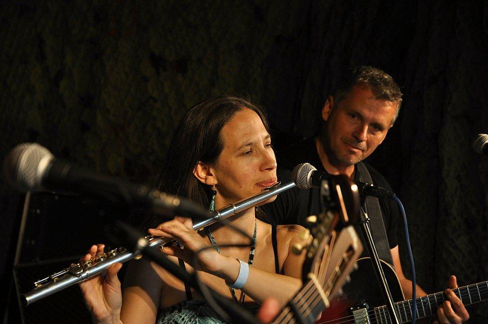 Hudební skupina Terrakota vystupuje na 25. ročníku festivalu Amfolkfest v Pulčíně u Francovy Lhoty; sobota 25. července 2020