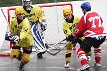 Hokejbalisté Vsetína (v žlutých dresech).