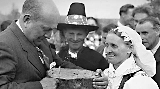 Jan Masaryk při odhalování pomníku T. G. M. v Karolice