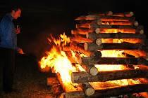 Farář Jan Bleša zapaluje v úterý 23. června 2020 svatojánský oheň na louce u kapličky v kladerubské části Hořansko.