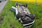 Osobní vůz Ford, který ve čtvrtek 16. května 2016 u Lešné po střetu se Škodou Fabia skončil převrácený v příkopě u silnice.