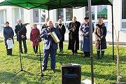 Lidickou hrušeň vysadili ve středu 28.11.2018 na zahradě ZŠ Žerotínova ve Valašském Meziříčí. Ředitel školy Milan Knápek s tubusem pro budoucí generace.