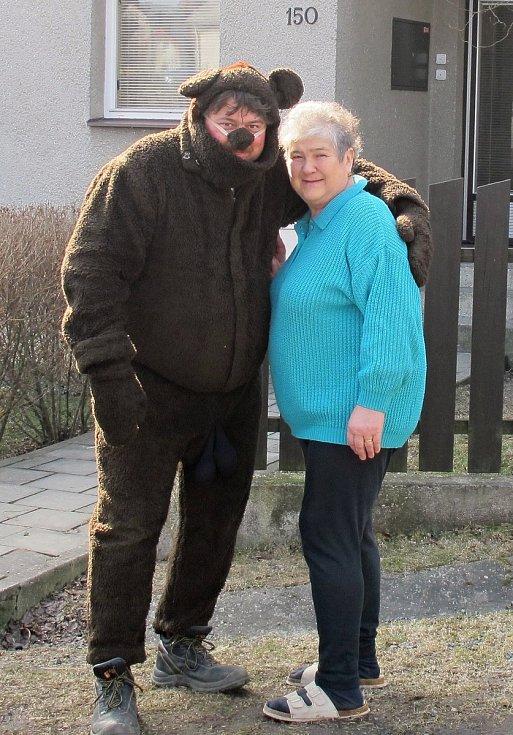 Medvěd se zvýrazněnými mužskými partiemi zdůrazňujícími jeho plodnostní charakter. Kladeruby, 2011.