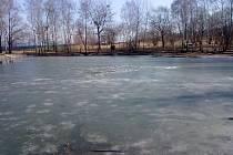 Záchrana tří malých dětí z ledové vody rybníka ve Valašském Meziříčí.