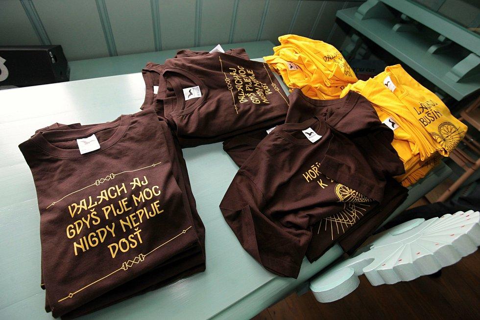 Upomínkou na návštěvu Libušína může být propagační tričko.