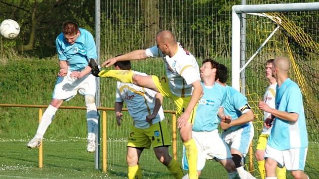 V utkání 1. B třídy mezi Poličnou (v bílém) a Choryní byli úspěšnější hosté, kteří sousedské derby vyhráli 2:1.