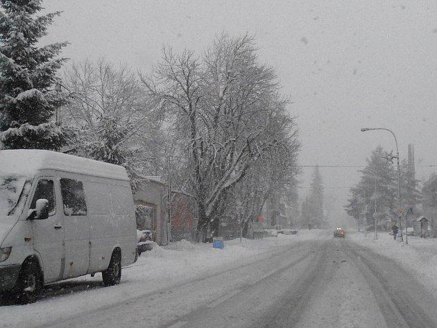 Silnice na výše položených místech pokrývá od čtvrtečního rána několikacentimetrová vrstva nového sněhu.