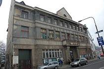 Chátrající budova Lidového domu ve Vsetíně, možná už příští rok by se mohla dočkat potřebné rekonstrukce, využívat by ji pak mohl divadelní spolek a místní neziskové organizace.