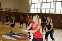 Tělocvičnu Základní školy Hovězí na Vsetínsku zapnily desítky lidí. Maminky, tatínkové a děti se tami v sobotu (18. 10.) zúčastnili čtvrtého ročníku Mamanaratonu.