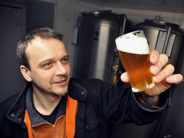 Spolumajitel hospody a penzionu Pod Pralesem Lubor Gášek kontroluje vánoční patnáctistupňový pivní speciál Drdlík uvařený v Karlovském minipivovaru.
