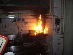 Požár fritézy v kuchyni restaurace ve Valašském Meziříčí.