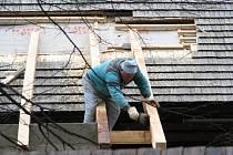 Janíkova stodola v rožnovském skanzenu prochází rekonstrukcí. Otevřena bude opět v létě. Obnova, jejíž součástí je částečná výměna střechy, si vyžádá 14 milionů korun.