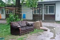 Rozlitá Bečva ve Valašském Meziříčí vyplavila na břehy kusy nábytku. Evakuované byty na ulici M. Alše nesou také stopy řádění povodní
