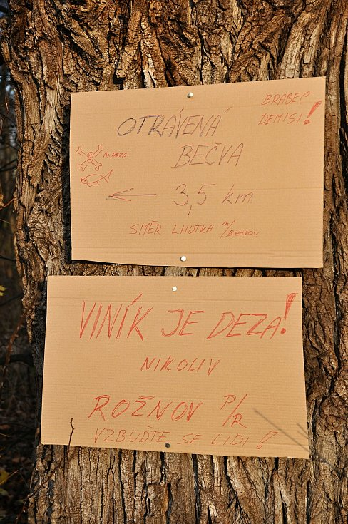 Papírové cedule, které někdo umístil poblíž výpusti kanálu vedoucího do valašskomeziříčské části Juřinka z areálu bývalé Tesly Rožnov; středa 2. prosince 2020