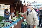 První farmářské trhy po uvolnění vládních omezení se uskutečnily ve Vsetíně v sobotu 16. května 2020. Od zeleniny přes pečivo až po sýry si nakoupil František Parák ze Vsetína.