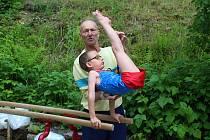 vsetínská gymnastická legenda Jan Talaš trénuje své svěřence od poloviny 70. let. Po koronaviru vytvořil tréninkové místo a tělocvičnu u něj na zahradě.