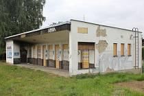 Bývalá vlaková zastávka v Zubří už roky chátrá.