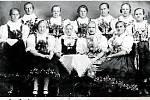 3.KROUŽEK ŠITÍ (1928).Zleva stojící Mikulenková, Mičkalová Růžena, Křesalová, neznámá z Rožnova, Bambuchová Rozálie, Pavelková, Zemanová Marie, sedící Garšicová, Svaková Františka, Bradáčová (Rožnov), Fabiánová Františka.