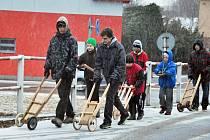 Mladí chlapci v Poličné na Valašsku dodržují tradiční velikonoční zvyk a coby takzvaní klapotáři obcházejí od Zeleného čtvrtku do Bílé soboty včetně svou vesnici.