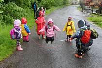 Lesní klub Oříšek je neobyčejná školka, kde se děti přirozeně učím tím, že poznávají věci na vlastní kůži. Individuální přístup a hlavně každodenní pobyt venku za každého počasí dětem prospívá