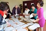 Členové volební komise druhého okrsku ve Valašské Bystřici sčítají odevzdané hlasy v předčasných volbách do Parlamentu České republiky.