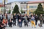 Na 150 lidí přišlo v úterý 28. května 2019 vyjádřit na rožnovské Masarykovo náměstí svůj nesouhlas s vládou Andreje Babiše