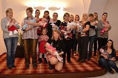 Čtrnáct nových obyvatel města přivítali na začátku týdne ve Valašském Meziříčí. K osmi dívkám a šesti chlapcům a jejich rodičům promluvil místostarosta města Josef Vrátník (BEZPP).