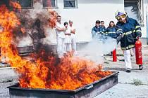 Personál Vsetínské nemocnice zkouší likvidaci požáru pomocí ručních hasicích přístrojů (pátek 28. června 2019)