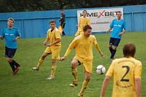 V utkání krajského přeboru domácí Vigantice (modré dresy) prohrály s Velkými Karlovicemi 0:2.