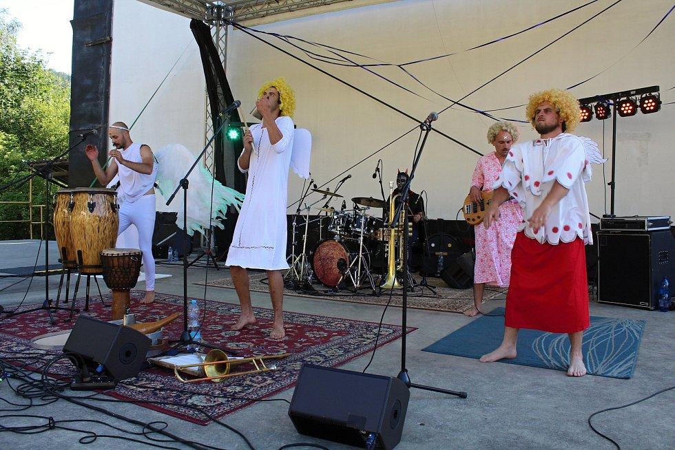 Třetí ročník festivalu worldmusic nazvaný Andělská Bystřička přilákal do letního kina na Bystřičce na 400 diváků. Jako první se představila formace Cirkus Láskohrad ze Lhoty.