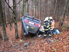Auto plné hudebních nástrojů skončilo na střeše mezi stromy ve středu na střeše mezi stromy. Ztaněnou řidičku odvezli zdravotníci do nemocnice.