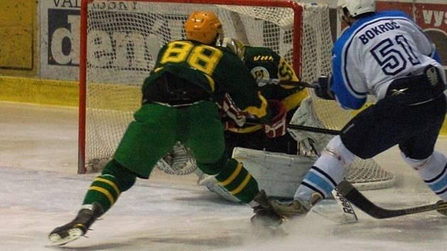V předehrávce 29. kola druhé ligy Valašské Meziříčí (bílé dresy) doma prohrálo se Vsetínem 1:5.