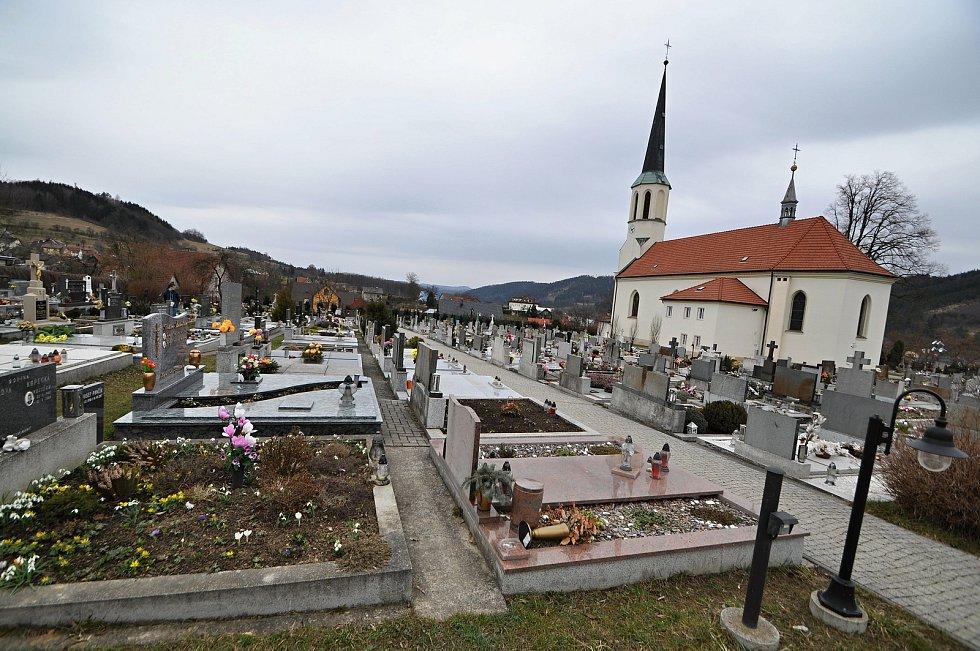 Hovězí – hřbitov a kostel svaté Máří Magdalény.