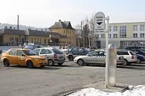 Lidem chybí na placeném parkovišti u věžáku možnost vícedenního stání.
