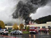 Profesionální i dobrovolní hasiči zasahují u požáru střechy budovy bývalé pekárny Delta; Vsetín, Jasenická ulice, úterý 16. října 2012