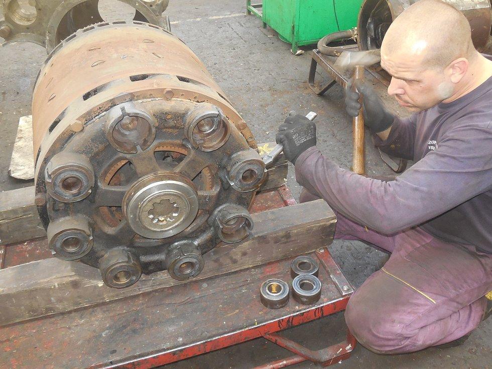 Motorový vůz M 290.002 známý jako Slovenská strela se dočkal v letech 2018-2020 opravy. Hnacího agregátu se ujala firma Mezopravna Vsetín. Demontáž generátoru - Martin Vlček