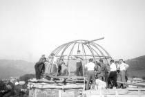 Usazení kovové konstrukce kopule na hrubou stavbu hvězdárny v létě roku 1949.