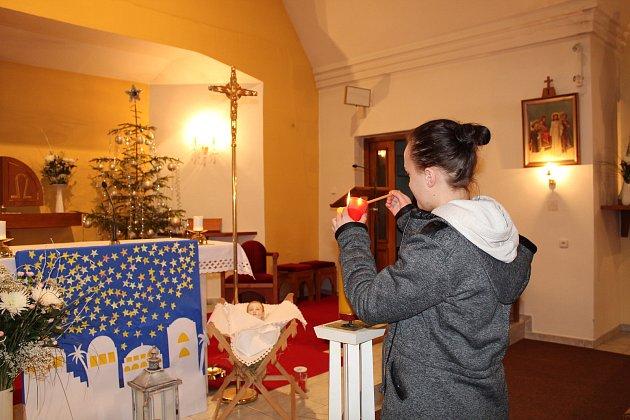 Lidé ve Študlově si na Štědrý den mohli do místního kostela sv. Matouše přijít pro betlémské světlo. Přišla také Marie Poláchová.