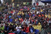 Závěrečné loučení pořadatelů s diváky na konci sobotního programu na scéně Letní kino na 16. ročníku country festivalu Starý dobrý western; Bystřička, Vsetínsko, sobota 2. srpna 2014