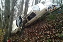 K dopravní nehodě došlo v zalesněném úseku cesty poblíž obce Jasenka. V havarovaném vozidle měl zůstat zaklíněný jeho řidič.