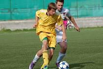Fotbalisté 1. Valašského FC (bílé dresy) v derby prohráli s Karlovicemi 1:2.